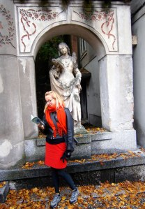 Sooze reading by a statue of a reading lady in Ljubjana